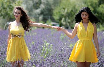 żółta sukienka dodatki